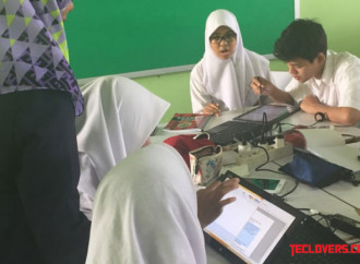 Fujitsu coba education support system di SMAN 74